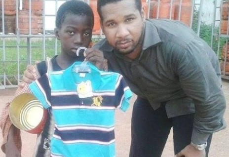 Sidi Aly BAGNE, Président de lAJS, remettant un cadeau à un enfant mendiant!